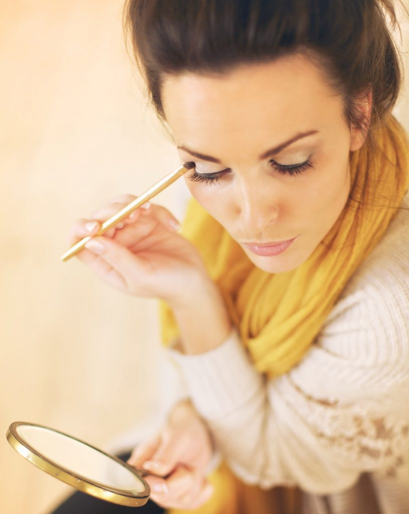 rsz_beautiful-woman-applying-eyeshadow